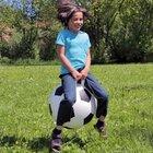 Hüpfball im Fußball-Design
