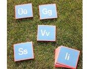 Buchstaben-Teppichfliesen in Aufbewahrungsbox