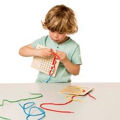 Schauen und Schnüren mit Aufgabenkarten, Fädelspiel, ab 3 Jahre