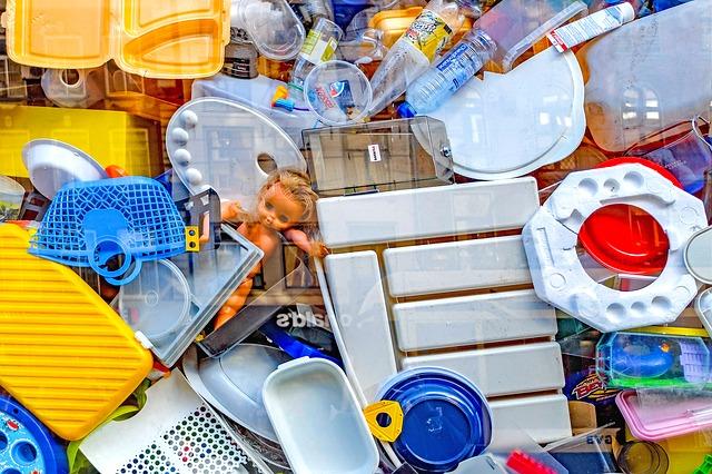 Plastik Müll und kaputtes Spielzeug