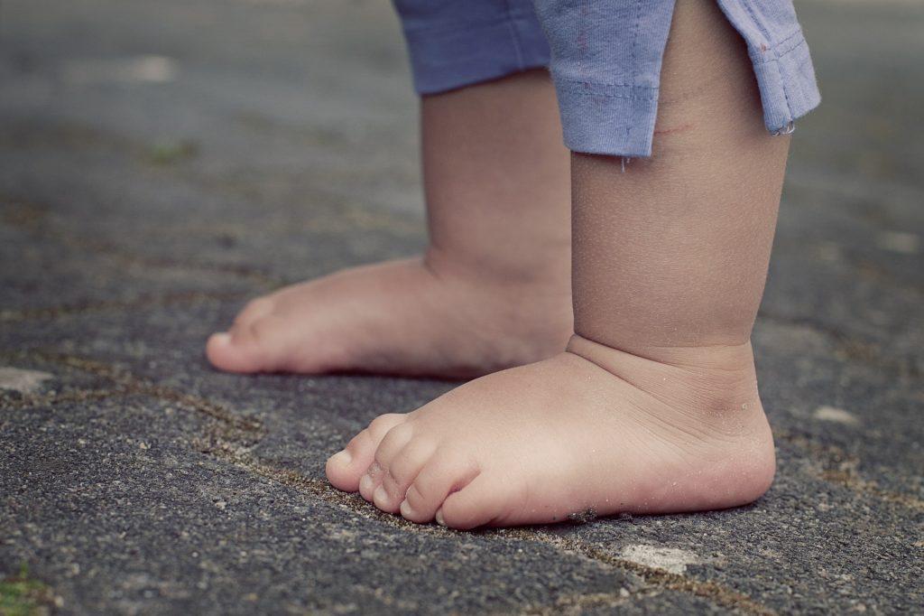 Zu Fuß die Welt erkunden: So kommen kleine Füße gesund voran