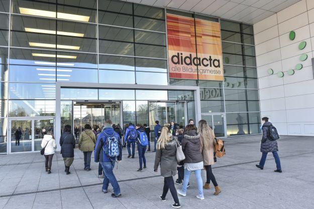 Besucher am Eingang zur didacta