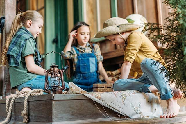 Kinder bereiten sich auf eine Schnitzeljagd vor
