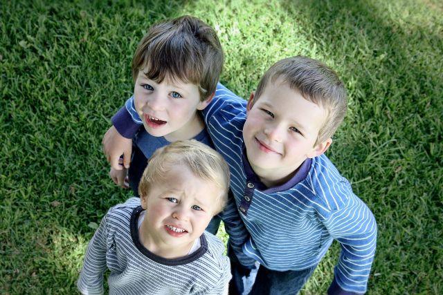 Kindergeburtstag drei Jungs spielen im Garten